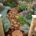 Un percorso sensoriale nel giardino del nido