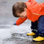 Bambini nella pioggia