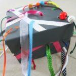 La scatola sensoriale con i nastri da tirare